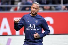 Neymar warms up ahead of PSG's Ligue match against Reims
