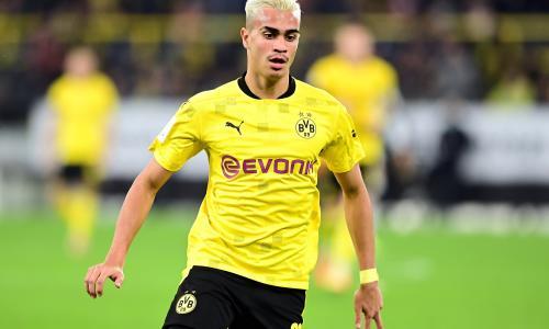 Reinier featuring in a match for Borussia Dortmund